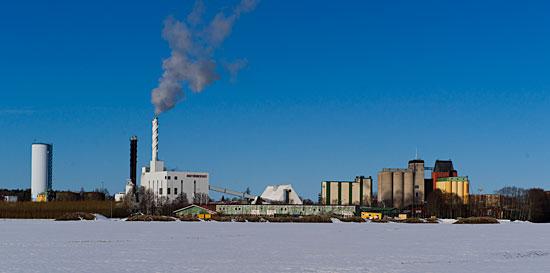 Klarblå himmel över kraftvärmeverket