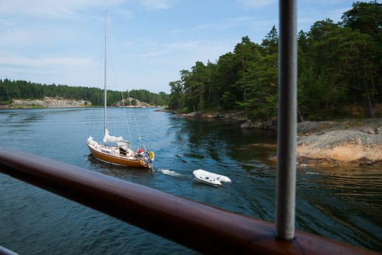 Segelbåtar går för motor genom skärgården