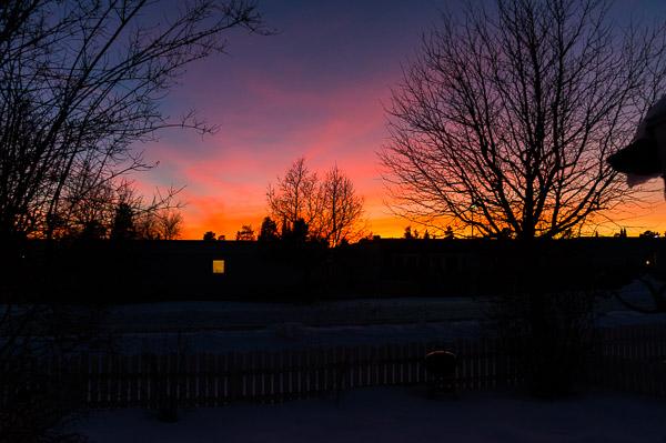 En solig dag avslutas med en vacker solnedgång