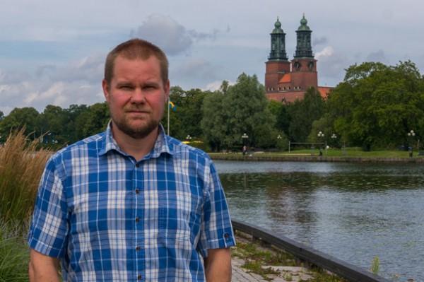 Jag med den vackra kyrkan i Eskilstuna i bakgrunden