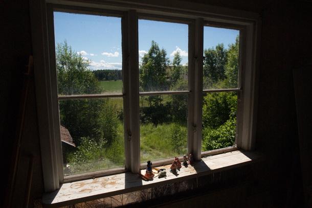 Prydnadssaker kvar på en fönsterbräda